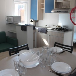 camping chênes rouges espace familial coin repas mobilhome grenat